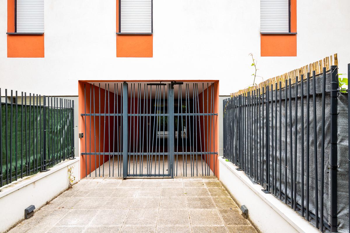 Vue d'un portail et d'une grille